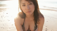 Gカップ巨乳の池田愛恵里ちゃんが夕日が綺麗なビーチでプルプル巨乳の谷間をアピール! 04:10以降の水も滴るいいおっぱいは必見!綺麗でやわらかそう!