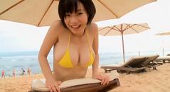 管理人が推しまくっているGカップ巨乳の和地つかさちゃんが浜辺でおっぱいプルプルさせてます! イスや砂山に押し付けてムニッとはみ出す感じがたまりません!