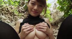 Gカップ巨乳の伊藤しほ乃ちゃんが大胆に外で手ぶらをしてパイズリサービス。 綺麗なお姉さんのパイズリは好きですか?