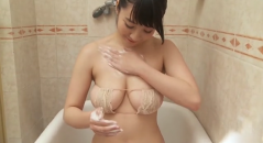 紺野栞ちゃんがお風呂でおっぱいプルプル揉みまくり!